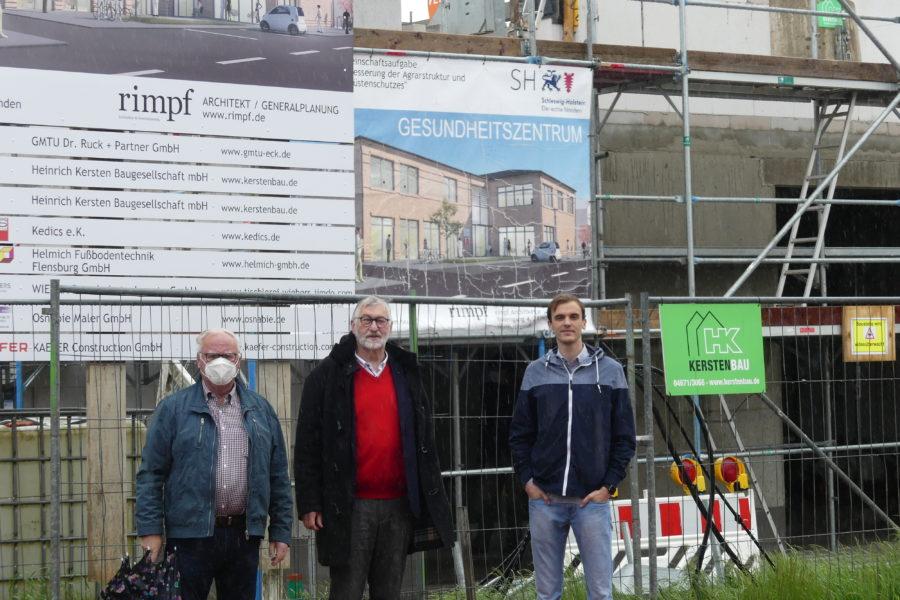 Jörn Walter, Jens Peter Jensen und Mike Pahnke vor dem Bauschild des Gesundheitszentrums in Lunden
